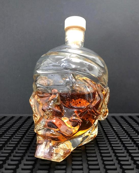 Botti e Alambicchi ,Bottiglia a forma di teschio di Pirata 50 cl con tappo