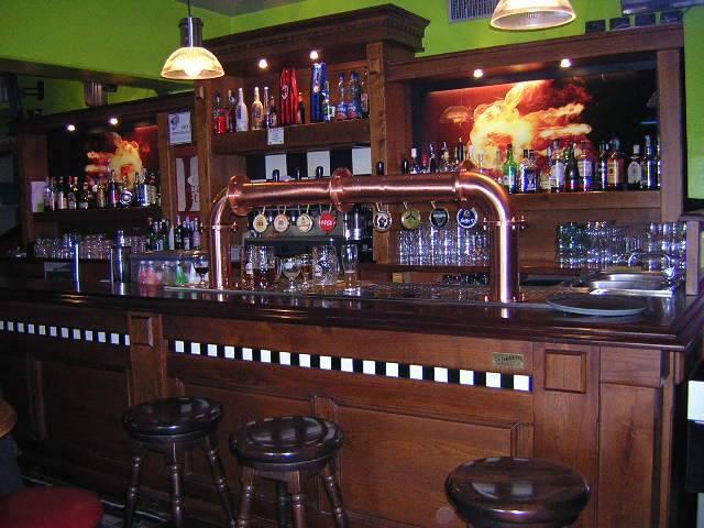 Attrezzature da pub banconi e spillatori per rendere il for Arredo bar usato